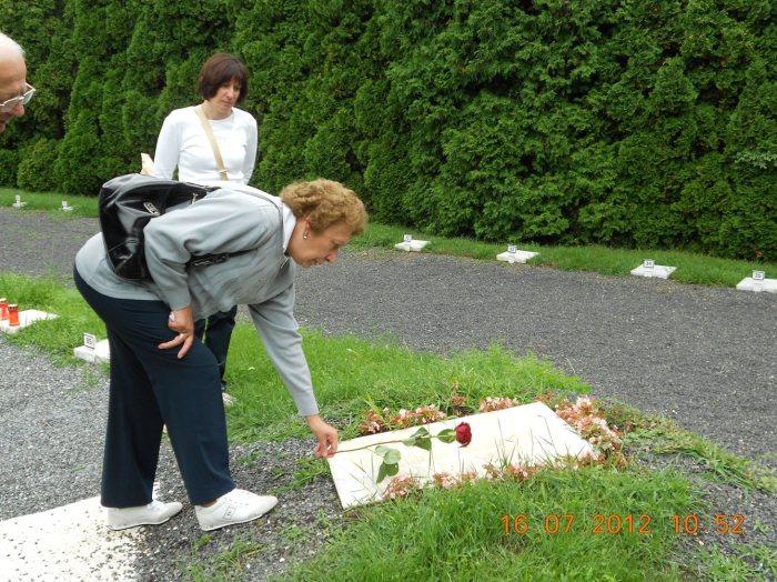 Figlia e nipote sulla tomba di Gino Cillo