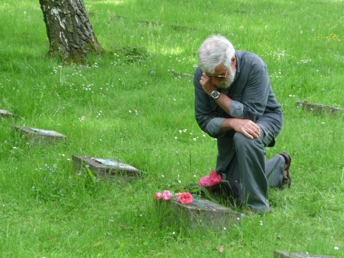 Beppe Bonetti sulla tomba dello zio Sandrino a Francoforte
