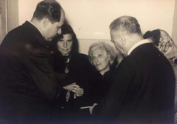La madre di Giulio negli anni '50 presso la capitaneria di Porto di Chioggia mentre riceve il Libretto di navigazione del figlio